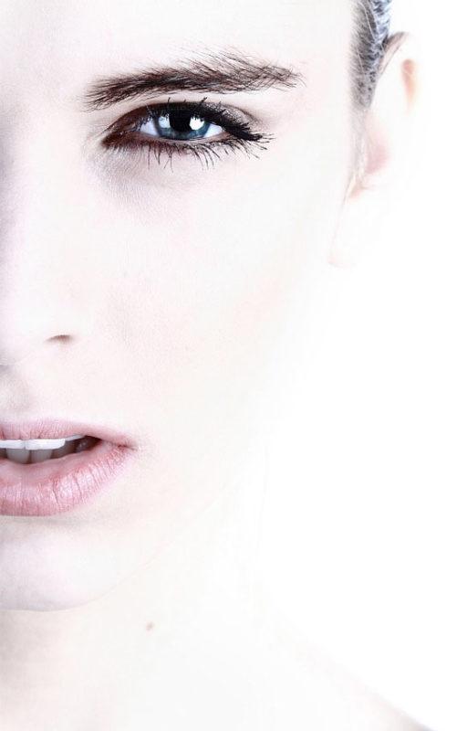 ojos de mujer con las cejas y pestañas tintadas