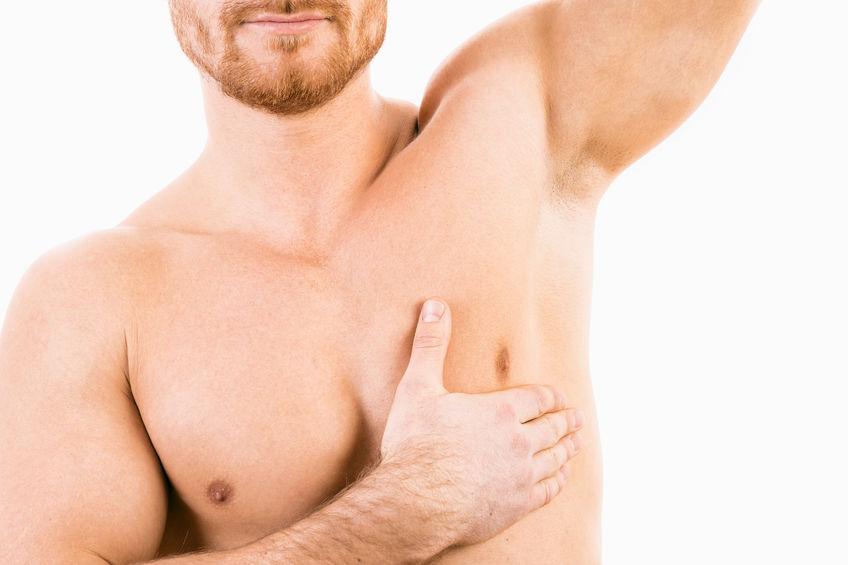 Torso masculino musculado mostrando su axila depilada