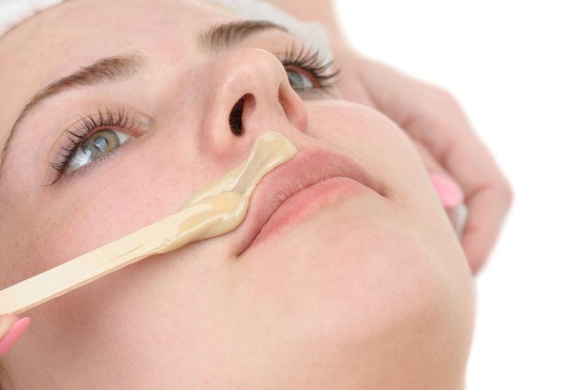 Cara de mujer depilándose el bigote