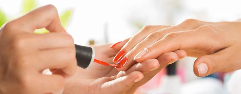 Manos de mujer recibiedo un servicio y tratamiento de manicura