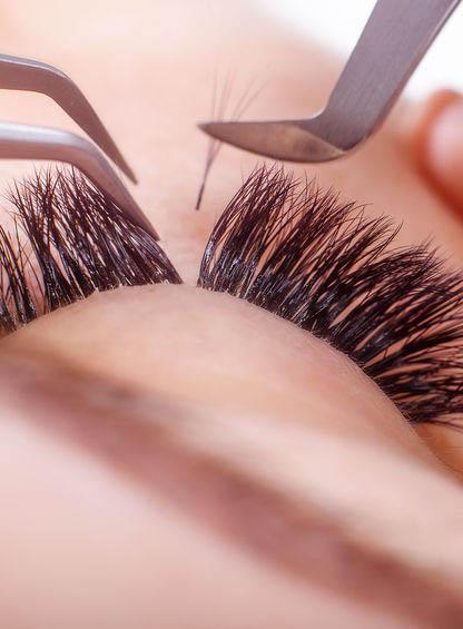 Ojo de mujer recibiendo el servicio de extensión de pestañas en Das'Beauty